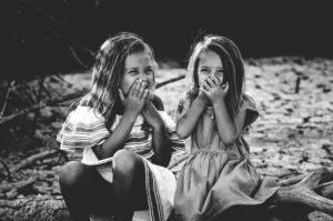 喜ぶ子供の写真